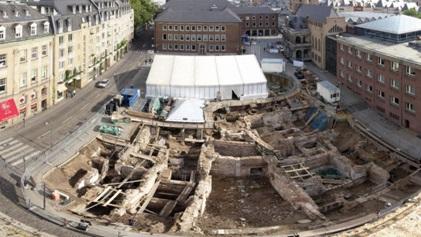 На переднем плане – «Археологическая зона/Еврейский музей»
