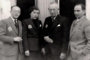 Это групповой снимок врачей еврейского госпиталя в Лодзинском гетто. Мой дед – крайний слева.