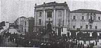 Церемония сдачи города перед зданием мэрии