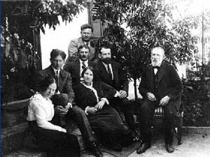 Члены семьи Ааронсон ― руководители Нили: Аарон Ааронсон (сзади), Александр (второй слева) и Сара (справа от Александра). Дом Ааронсонов, Зихрон-Яаков