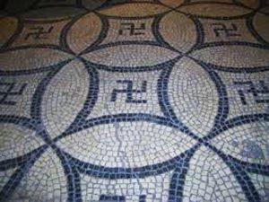 Мозаика со свастиками на полу римской виллы III в. (Романо-германский музей Кёльна)