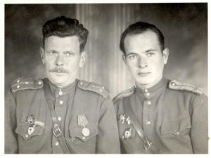 И.К. Табаровский (справа) с однополчанином, 1945 г.