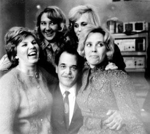 Карл Калантаров в окружении женщин своей лаборатории (середина 1960-х гг.)