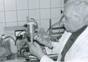 К.Д. Калантаров проводит испытание макета бета — датчика в лаборатории радиоизотопной диагностики ГКБ № 50 (1970-ые гг.)