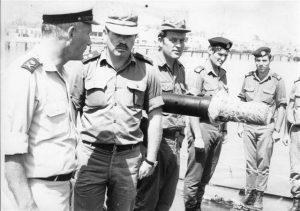 Генерал Биньямин Телем (слева) объявил мобилизацию ВМС за 48 часов до первой сирены Войны Судного Дня. На снимке он провожает команду ракетного катера перед уходом в плавание (1973)