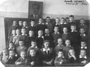 Витя Гиндилис крайний справа в верхнем ряду, Москва, 236 школа, 2 класс «А», 1945 г.