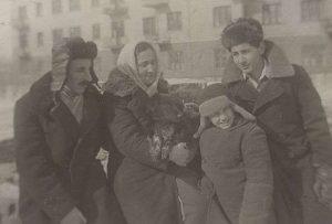 Витя Гиндилис с родителями и старшим братом Левой, Караганда, 1945—1946 г.