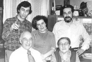Стоят: Виктор Гиндилис, Мирра Гиндилис (Савич) и Лев Гиндилис, сидят: Мирон Моисеевич Гиндилис, Вера Иосифовна Мац, Ульяновск, 1979 г. Витя Гиндилис с родителями и старшим братом Левой, Караганда, 1945—1946 г.