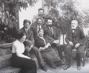 Перед домом в Зихрон-Якове. Арон стоит, ниже (слева направо), Александр, Цви, Хаим Авраам, Эфраим-Фишель. Женщины: Ривка и Сарра
