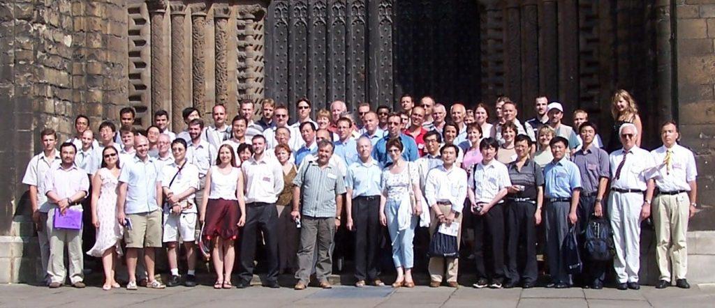 Участники проведенной под председательством автора Первой международной конференции по виброударным системам (Лафборо, Великобритания, 2006), представители 20 стран— на экскурсии в Линкольнский собор