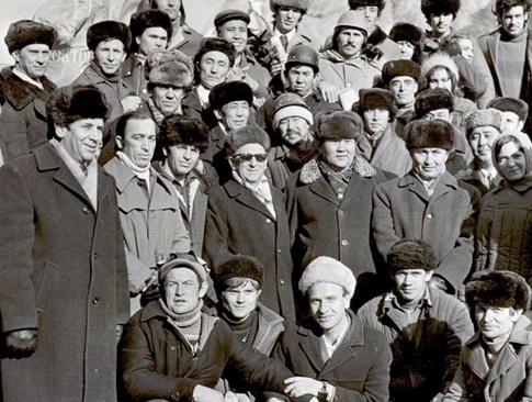 Дополнительный рисунок – Л.Толкачев — крайний слева —и З.Серый — в центре, в темных очках — среди гидросторителей Киргизии