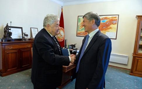 Е.Якир с президентом Киргизии — предпоследним — А.Атамбаевым