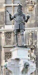 Скульптура Карла Великого на фонтане возле Ахенского собора