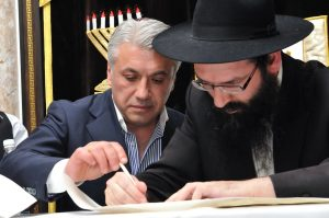 Раввин бишкекской синагоги Арье Райхман и Гурам Намталашвили