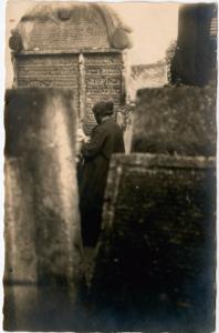 Молящаяся у могилы р. Йошуа Фалька. Львов, ок. 1920г. (YIVO, [3])