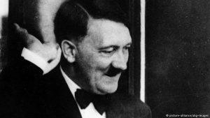 Гитлер приветствует восторженно встречающих его гостей Байройтского фестиваля