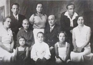 Фото семьи Плоткиных. В центре ― бабушка Светланы Ципа, сестра той самой Геси, которая стала женой Велвла Баршая и бабушкой Рудольфа