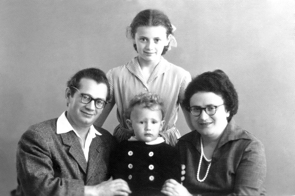 Юрий Вайншток с женой и детьми. Дочь Галина в центре снимка