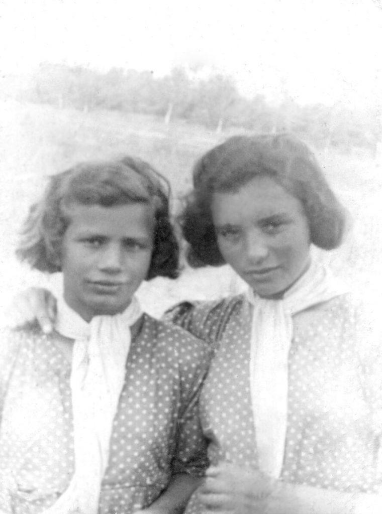 Фелиция Вайншток (слева), родная сестра Юрека(Юды), с подругой. Сиротский приют. Польша. 1939 г.