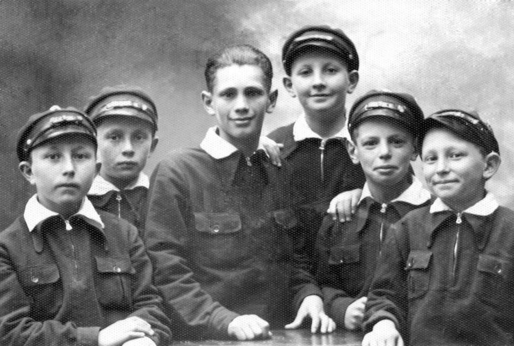 Юрий Вайншток (третий слева) перед отъездом в бурсу. Детский дом. Седлеце, Польша