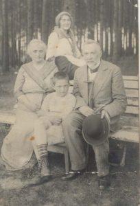 Дед Моисей Аронзон и Бабушка Хьенна Аронзон-Амдурская с дочкой Евгенией Аронзон-Генина и внуком Феликсом Фридманом