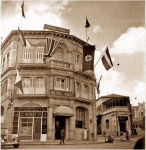 30-е гг., Иерусалим. Район Мамилла, в 80-е гг. перестроенный в торговую галерею. Здание не сохранилось. На вывеске, с правой стороны, если вглядеться, надпись по-еврейски.