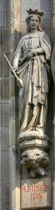 Фигура аббатисы Иды на башне кёльнской ратуши