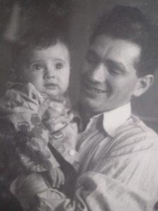 Папа, Юрий (Юда) Вайншток с грудной дочкой Галочкой. Харьков, 1952 г.