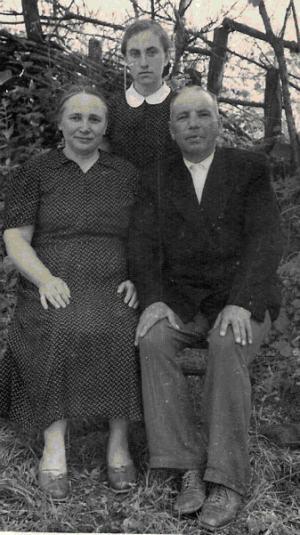 Галина Вдовина в 9 классе с родителями Василием Васильевичем и Еленой Ивановной Мокрыми,1958 год