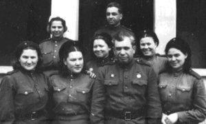 Давид Моисеевич Бытенский среди медицинского персонала, 1945 год