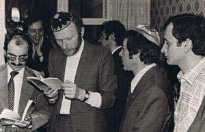 Чтение Пасхальной агады. Слева направо: гость из Канады, Аарон Мунблит, Леонид Вайнштейн и Аба Шварцман. Во втором ряду: Дима Шварцман