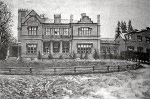 На фотографии несохранившаяся дача Антона Рубинштейна в Петергофе. Его кабинет находился как раз в башне, куда вела витая лестница.