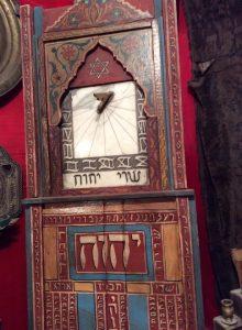 Странная комбинация солнечных часов и синагогального «мизраха» в «Доме Маймонида» в Фесе
