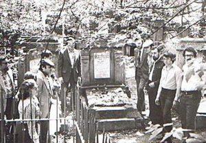 На еврейском кладбище, которое отказники посещали в определенные дни по еврейской традиции. Слева от памятника Леонид Вайнштейн, справа Аарон Мунблит, Гриша Левит, Володя Цукерман, Давид Водовоз и Осик Локшин