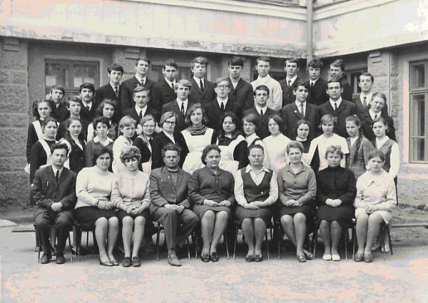 На фото: мой класс, выпуск 1971 года, второй ряд сверху, третий справа — это я. В первом ряду снизу первый слева — Б.С.Гельруд, третья слева — Ф.И. Фридман.