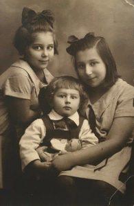 Мирра, Лиля и Лева Разумовские, примерно 1928