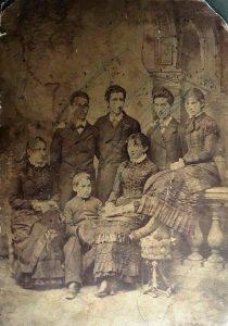 Все братья Шпиро вместе. Стоят Макс, Маркус, Исаак. Сидят: младший Бернард и сестра Рахиль Шпиро (скорее всего). Юные дамы — жены старших братьев, Густава и Салья