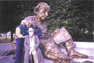 У памятника Альберту Эйнштейну с двумя другими участниками программы Госдепартамента