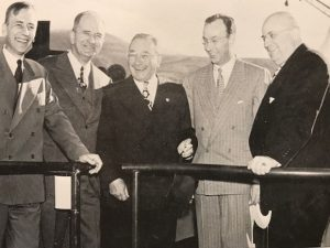 Случайно или нет, но в центре её Феликс Кан. Крайний слева — Кеннет Бехтел, а крайний справа — Генри Кайзер.