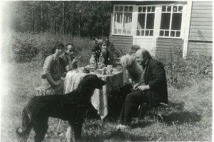 фото 2: первая слева Елена Шварц. Комарово, 1990 г.