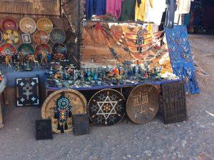 Продаваемые берберами сувениры с еврейской символикой в Айт-Бин-Ходу