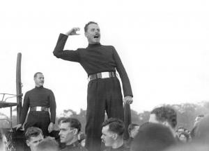 Освальд Мосли выступает в Лондоне на митинге фашистской партии BUF