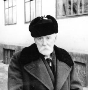 Со своим любимым гимназическим учителем Николаем Кноррингом, парижским эмигрантом, Дунаевский впоследствии бесстрашно переписывался в сталинские времена, что было тогда крайне опасно
