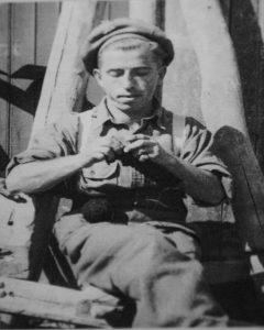 Солдат Яков Бутник перед выходом в бой, в котором он погиб. Италия, март 1945г*