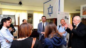 В центре — директор музея Davide Romano