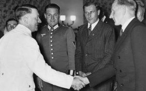 Гитлер приветствует Фрица Шепана на приеме в честь немецких футболистов. 1937 год