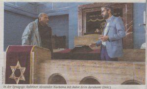 Рис. 2:В синагоге: раввин Алексачдр Нахама с автором Зеевом Аврахами (слева)