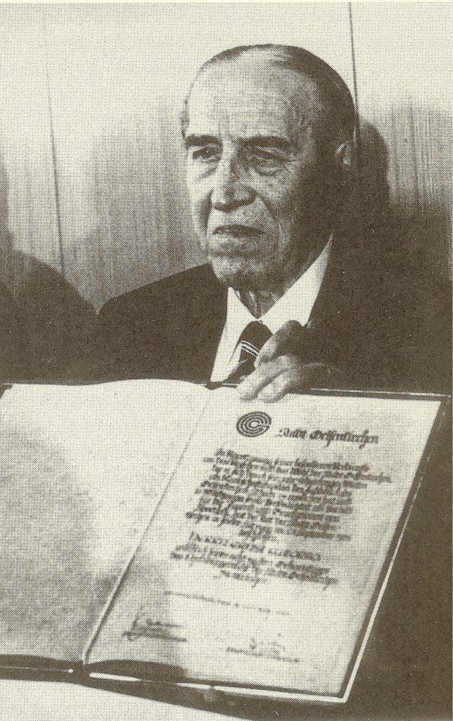 Эрнст Куцорра с грамотой почетного гражданина города