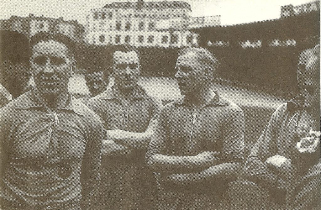 """Игроки """"Шальке 04"""" во время товарищеской игры в оккупированном Париже в 1941 году."""
