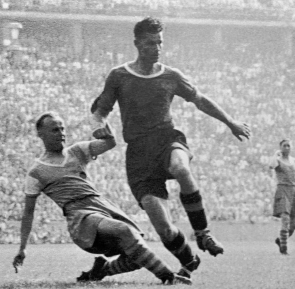 Игрок «Шальке 04» Отто Тибульски (слева) безуспешно пытается остановить Франца Биндера («Рапид» Вена), сделавшего в финале 1941 года хет-трик